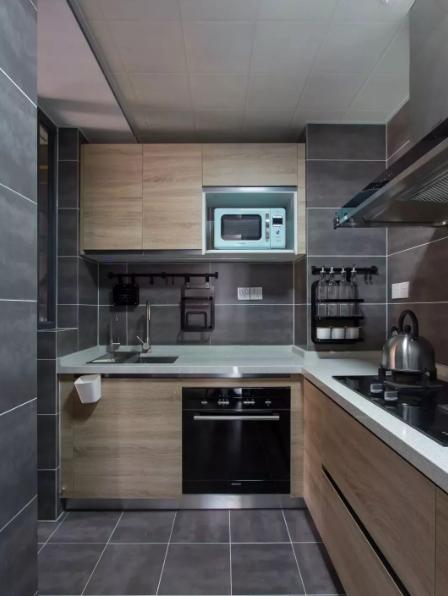 在北欧风格中,木色的橱柜+灰色砖还是比较流行,简洁干净,做饭的氛围又好。