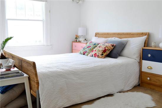 卧室床的藤条编织亲近自然而乐趣无限,素色简约中跳脱这清雅的浅蓝与浅粉。