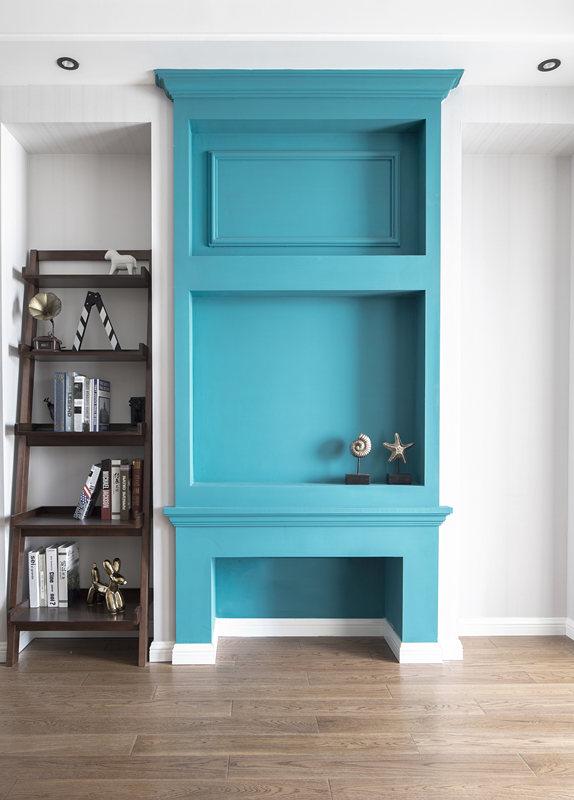整个空间以白为主,地面大量使用复古木地板,当中加入蓝灰色元素,点亮空间色彩,多样的质感增添艺术气息。