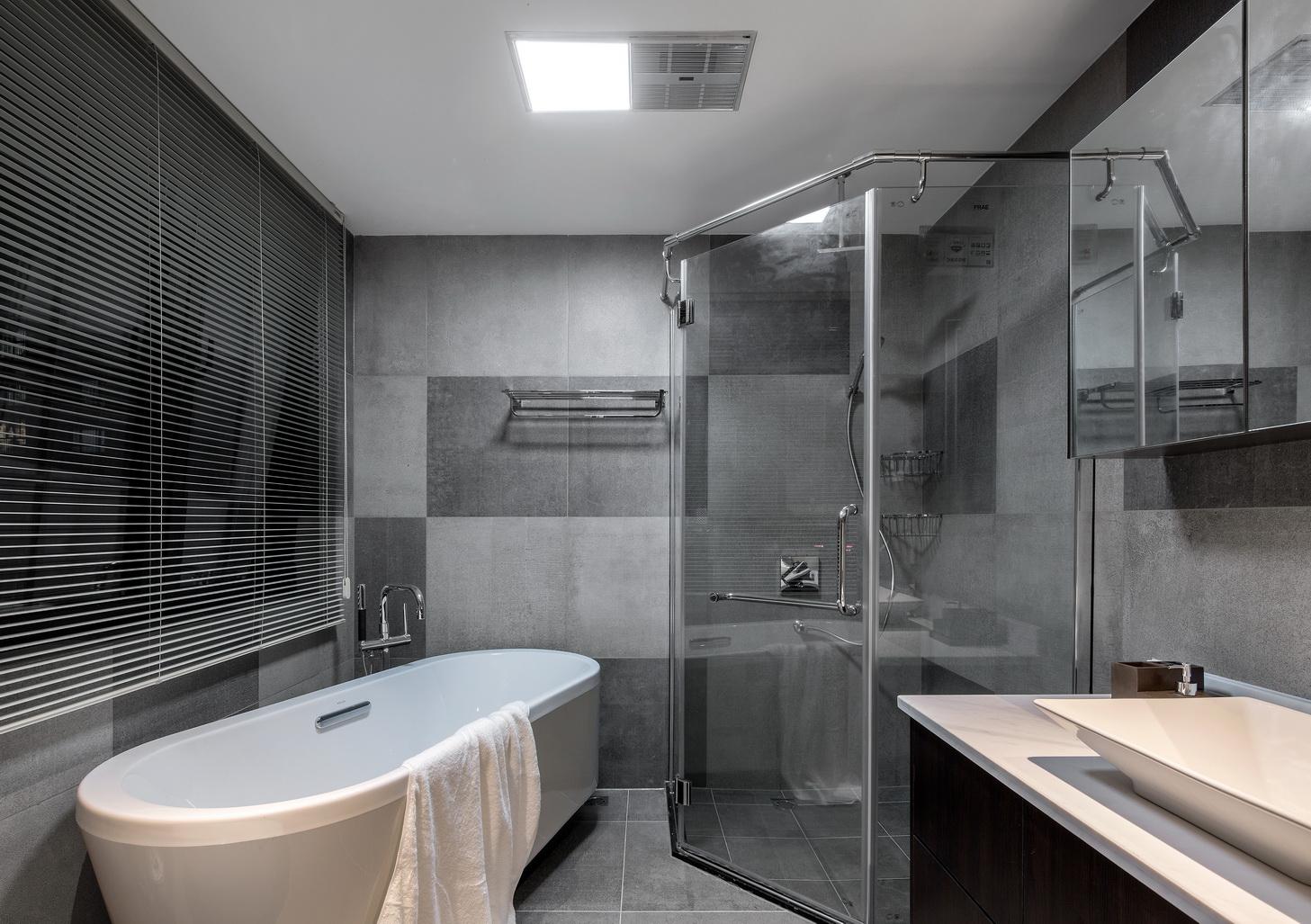 卫生间干湿区分开,半实体墙+半铁艺格栅虚实结合,形成鲜明的对比;
