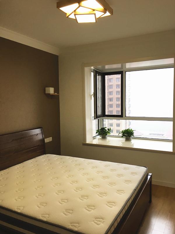 卧室设计了飘窗,立体大窗让卧室视野开阔,也让空间更加通透宽敞。