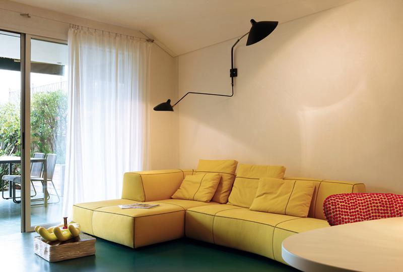 沙发选择黄色,让客厅更加艳丽,别致的吊灯和趣味的摆件都是屋主的收藏。
