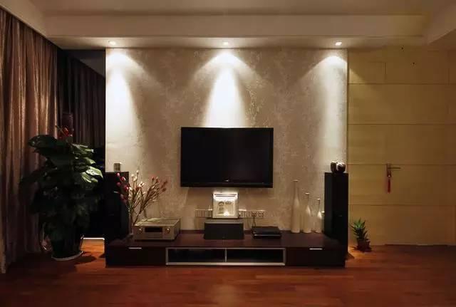 背景墙恬淡花纹壁纸,增加了屋子的典雅气息。