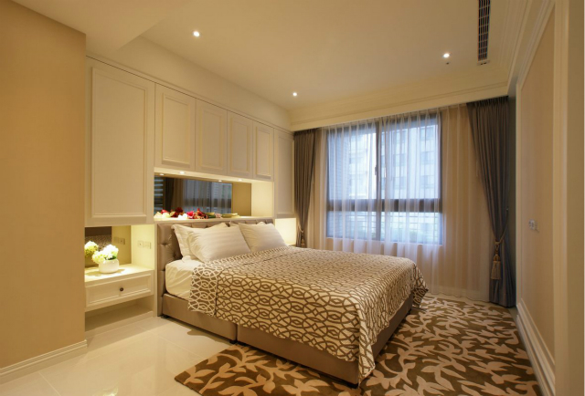 花纹地毯与几何图床品交相呼应,搭配和谐。最喜欢背景墙的收纳柜,放置东西方便实用。