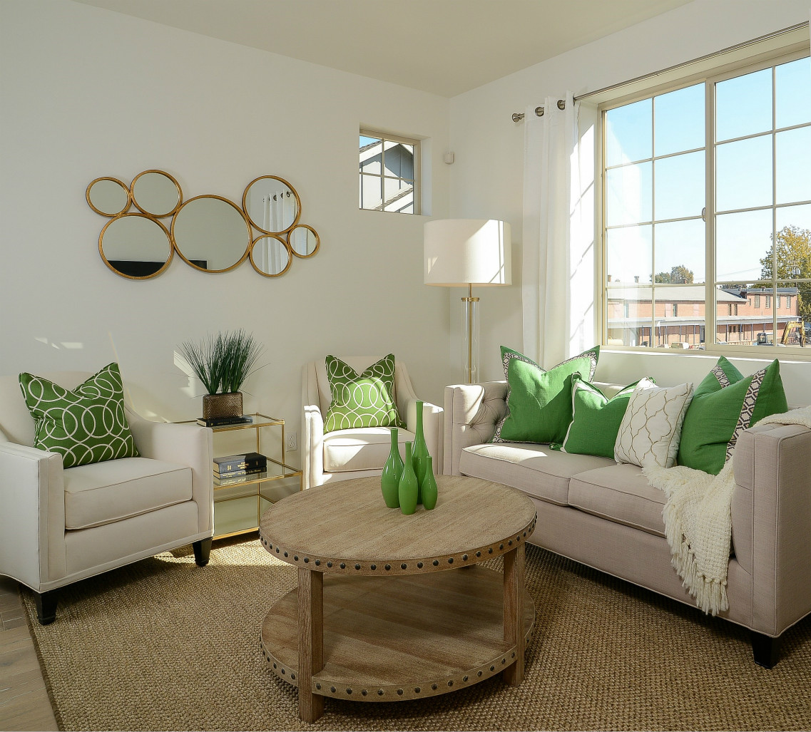 沙发背景墙上典雅的装饰镜,在两站对称壁灯装饰,更显格调。