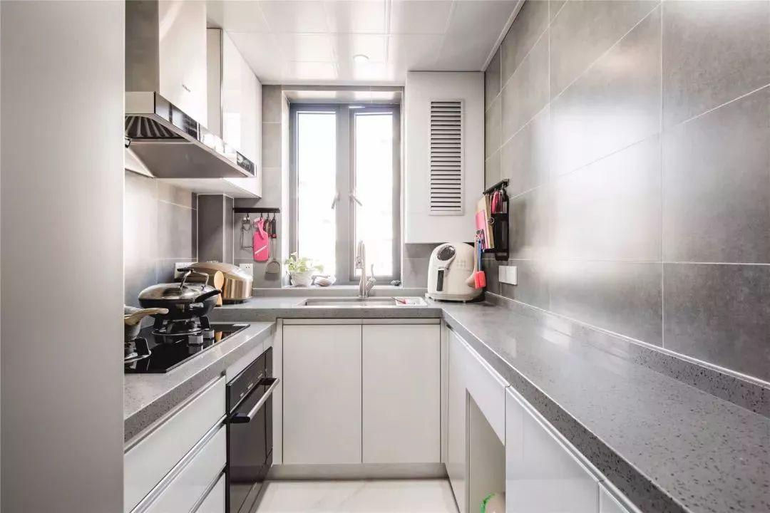厨房的墙面都是采用灰色瓷砖,低调耐脏,白色的橱柜简单大方,视觉感非常好。