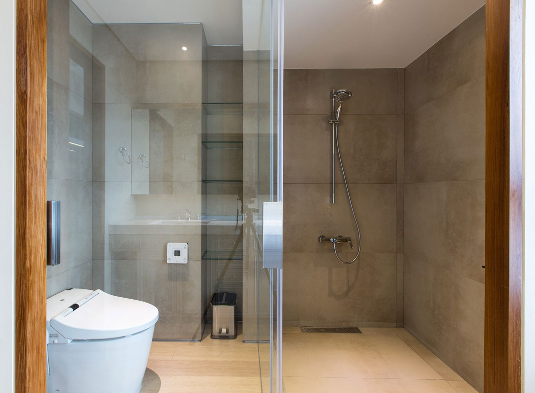 卫生间用半玻璃式很好的做了干湿分离,干净整洁