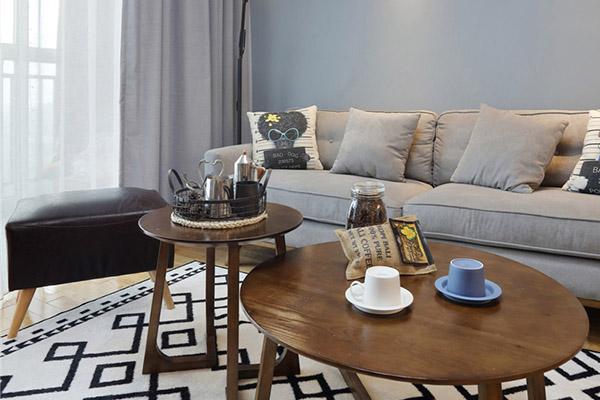圆形的木质桌,选用湖蓝色调墙面进行配色,营造出冷凝的氛围。