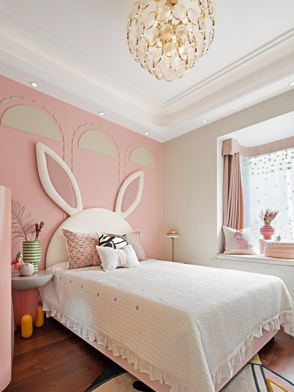一眼就被儿童房的兔子造型的床所吸引,搭配蘑菇床头柜,满满的趣味,哪位公主会不喜欢呢~