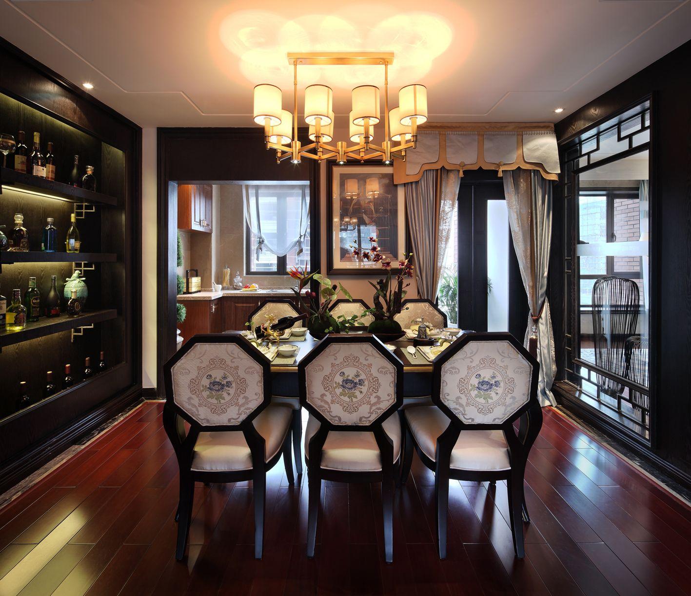 餐厅氛围很温馨,餐边柜设计既起到了隔断作用,又满足收纳,桌椅也非常有古典韵味。