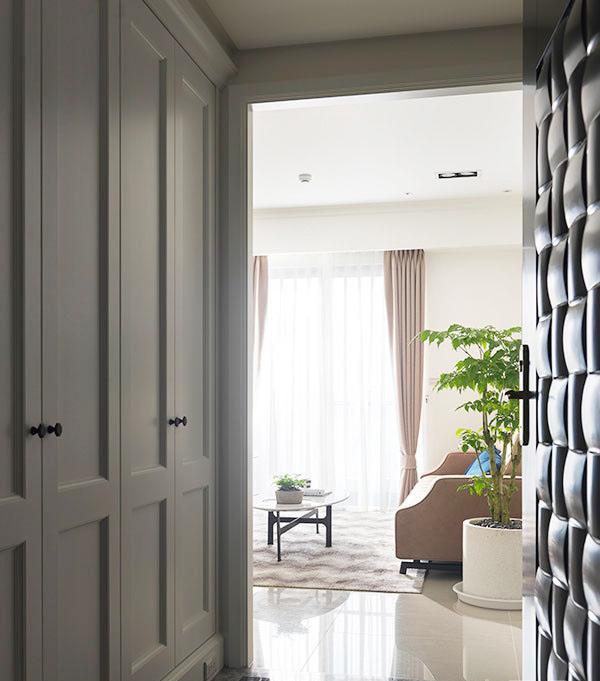 通过石材表现出玄关的精致和区域性柜体融入古典线条,营造美式现代利落兼容的质感。
