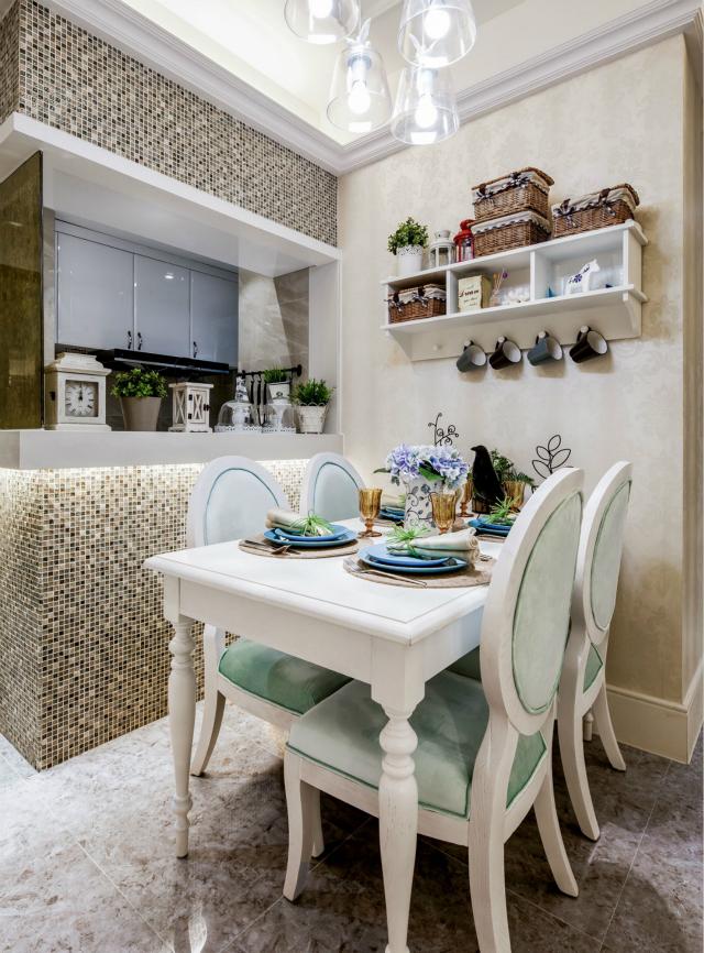 餐厅白色与绿色的搭配共同打造出一个清新、爽朗的空间;而波波点点的瓷砖让田园艺术尤为强烈,更具节奏感。