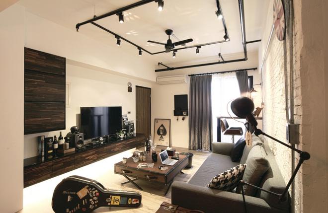 电视墙的深色木质门片和长条柜,不仅温润空间调性,也让客厅展现平衡的安定视觉。