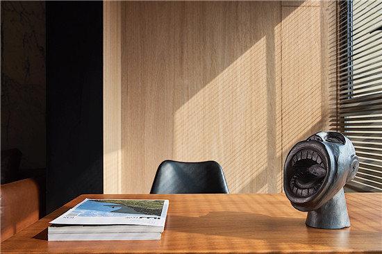 阳光象金子一样洒进书房,让光影带着时间流转在温暖而素雅的原木空间,回到最初简单的生活方式。