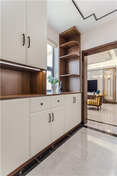 从入户就可以看到定制的鞋柜以白色和咖色为主,稳重中多了几分简单,满足收纳,同时也兼具展陈的作用。