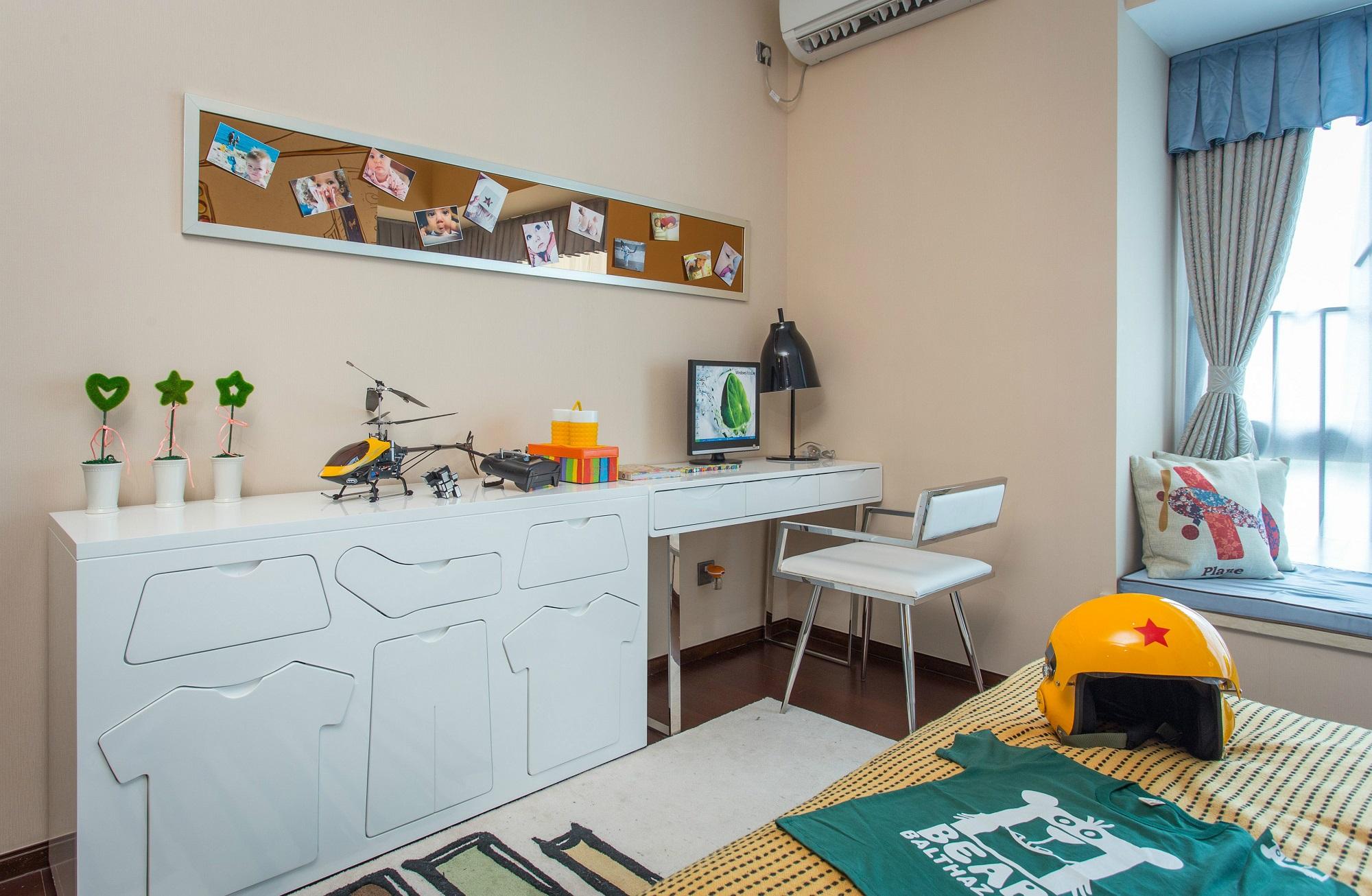 儿童房空间较大,整个空间休憩兼学习功能同时满足,照片墙更是成为一道风景。