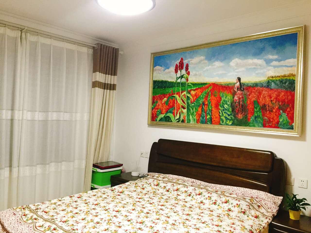 卧室里色彩艳丽的油画、家具,是欧式古典和简约中式的混搭,丰富了整个空间。