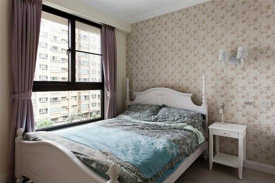 经典的美式乡村风卧房带入讨喜的优雅白色调,营造舒适的入眠环境。