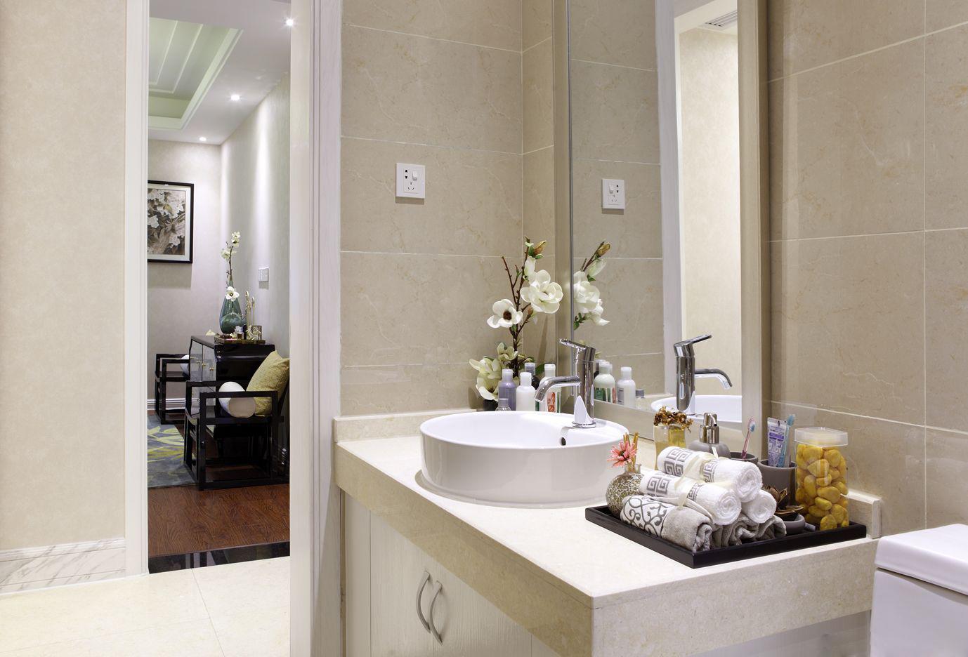 卫生间浅色增强视觉效果,搭配玻璃让空间更有延伸感。
