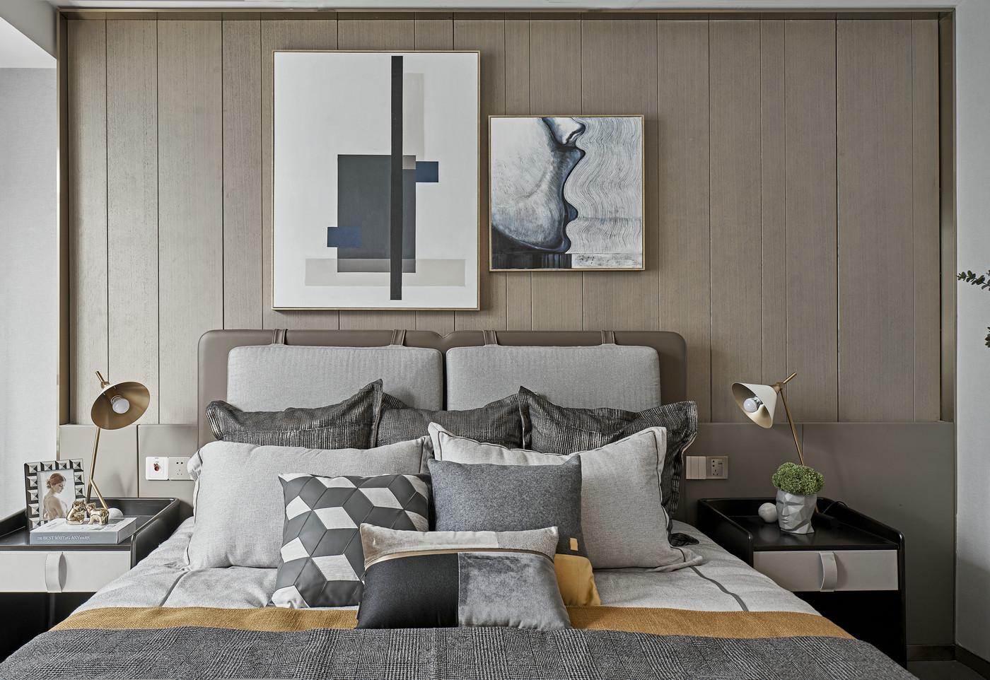 卧室搭配以原木色为主基调,局部采用亮色点缀增加空间设计感,整体氛围雅致。