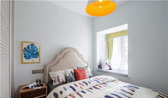 次卧作为后期儿童房的使用,暂时作为客房,所以整体色彩选择中性色为主。