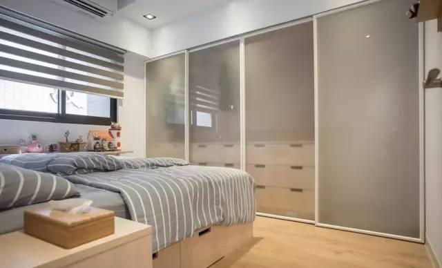 门体采用推拉式的贴纸玻璃门,既保护了隐私,又合理节约卧室空间。
