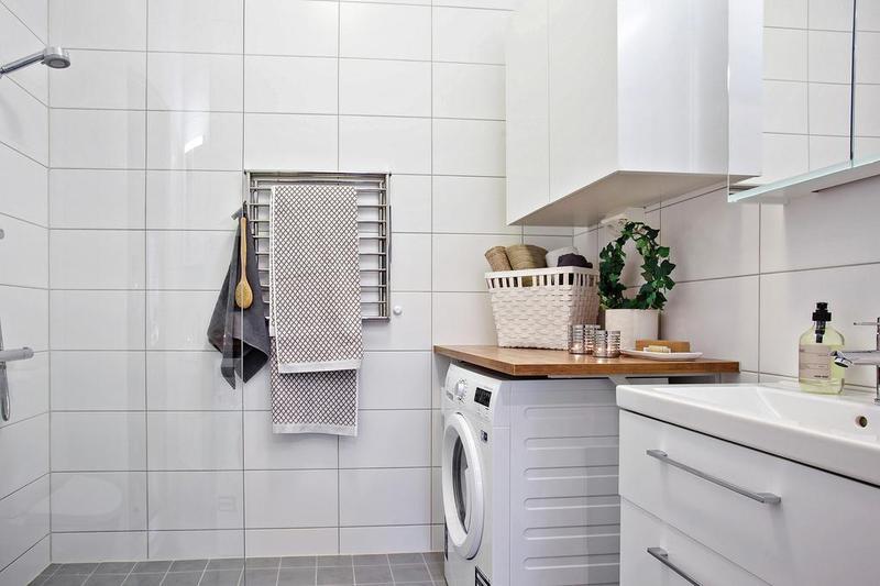 卫生间的设计同样以白色为主,注重收纳与整洁。