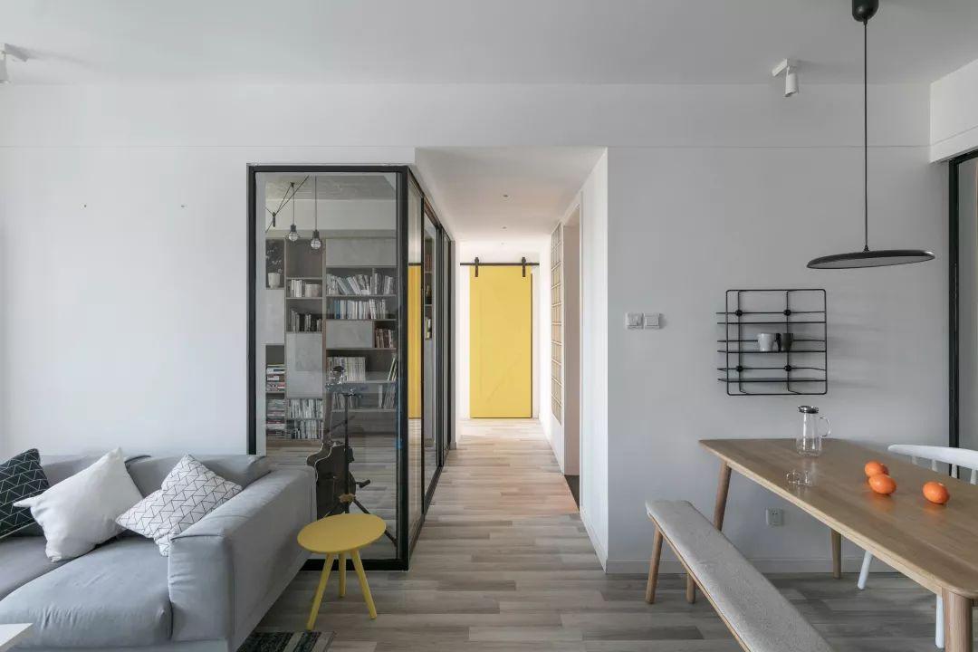 客厅和餐厅之间,隔着一条长长的过道,统一风格的木地板,让家看起来可有大自然气息了。