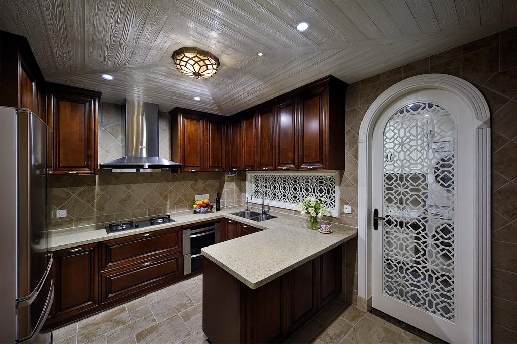 厨房的门很是别致,镂空门很是别致大雅