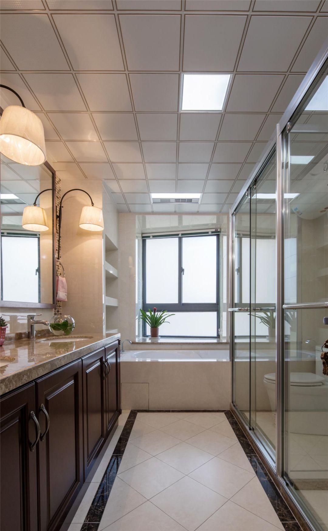 卫生间橱柜与厨房一体,整体和谐自然;干湿分离设计,干净利落。