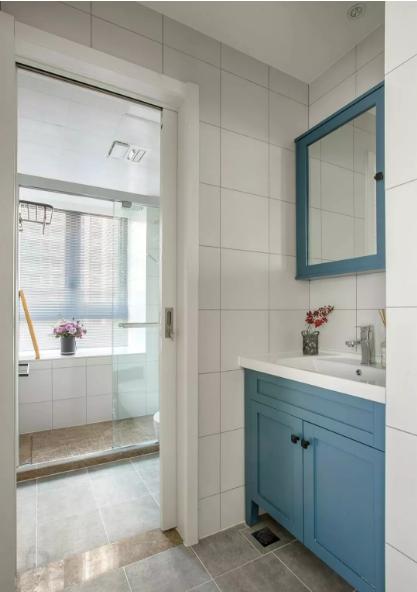 客卫干湿分离,提高了空间的使用效率。湖蓝色的卫浴柜+镜柜,颜值在线,收纳充足。