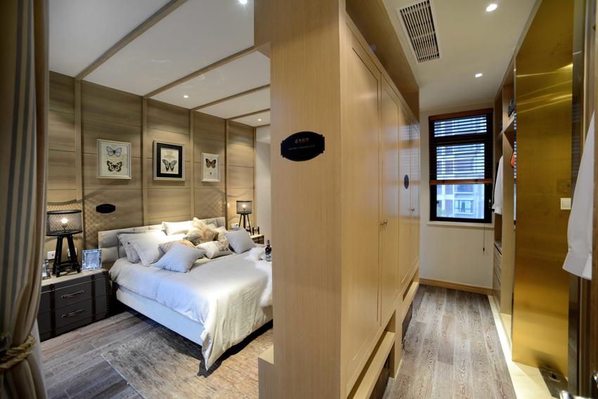 衣帽间与主卧共处一室,空间不大,但收纳性强。