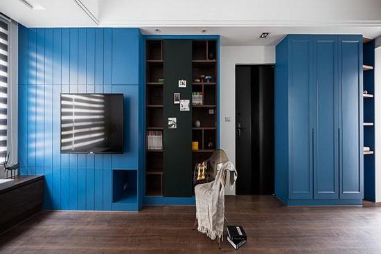 以深蓝色漆面铺饰立面,成功点出公共空间的主视觉,佐以深木地板打造静谧沉稳气韵。