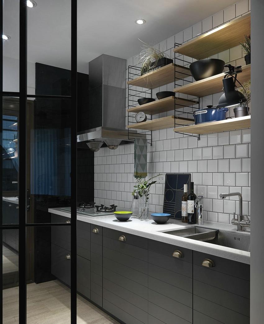 厨房采用移门方式与外面相隔,防止油烟,墙面置物架能收纳更多厨具。