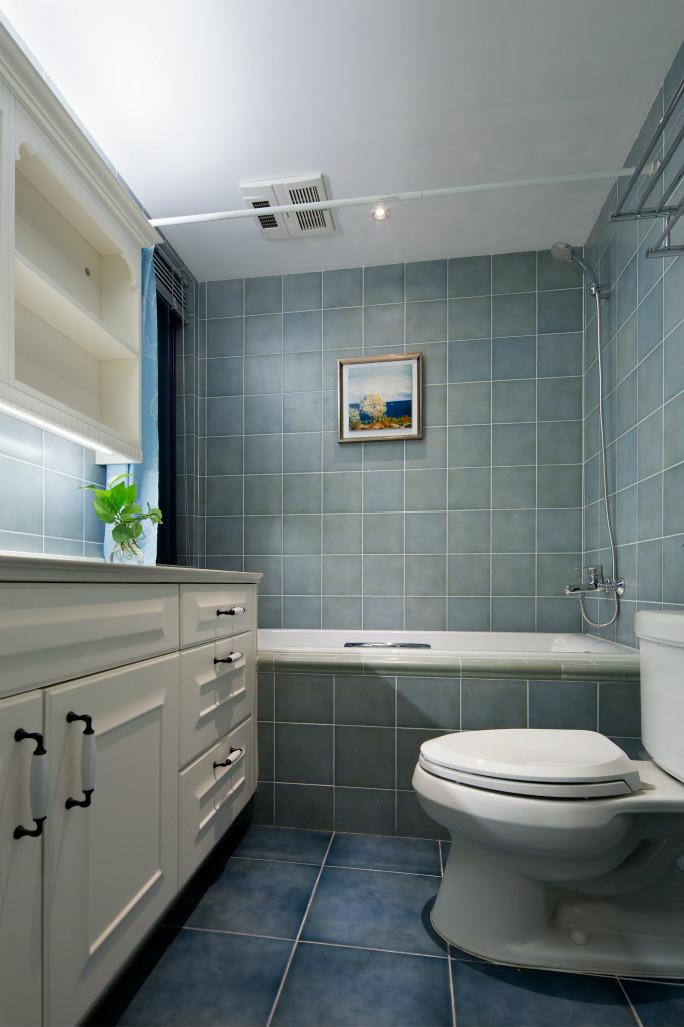 卫生间,卫浴的储物收纳格用了瓷砖,挂画起着画龙点睛的效果。