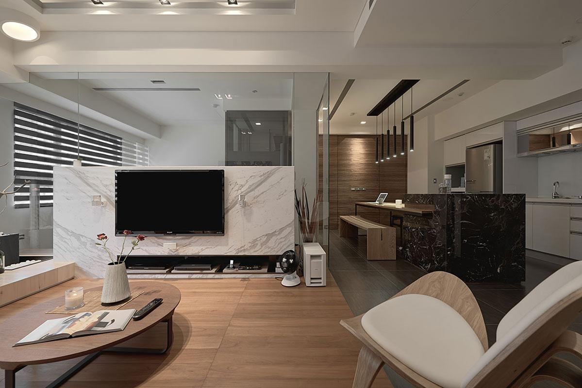 電視懸掛在大理石的半墻上,下面做了長條收納空間,及時尚又簡約