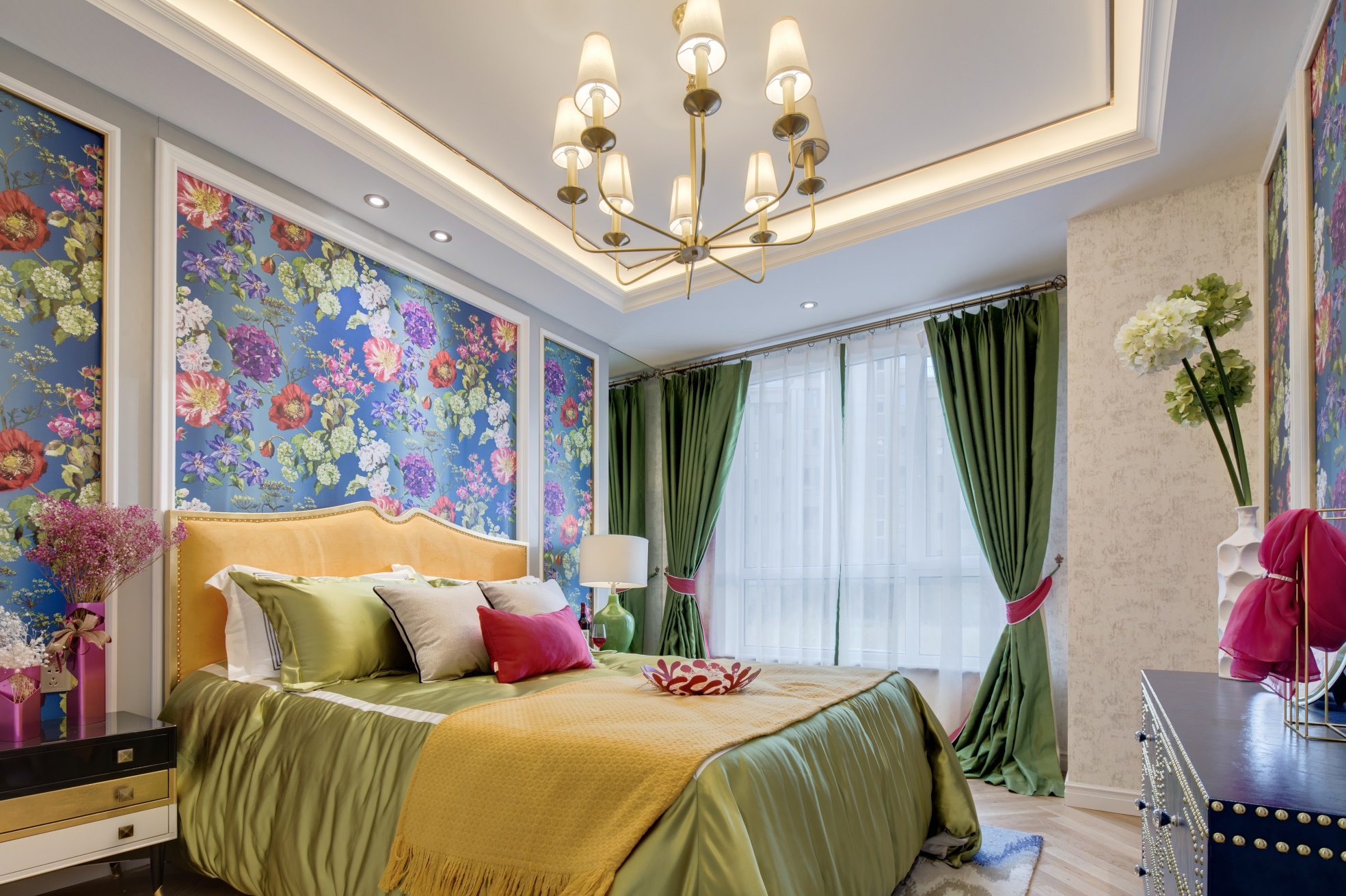 卧室色调华丽,欧式花色背景墙雅致大气,搭配祖母绿软装,有着别样的贵族气息。
