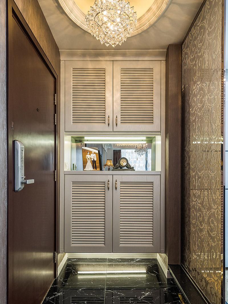 玄关采用百叶柜门,在规则中的典雅,让进门的人都感受到一份体贴。