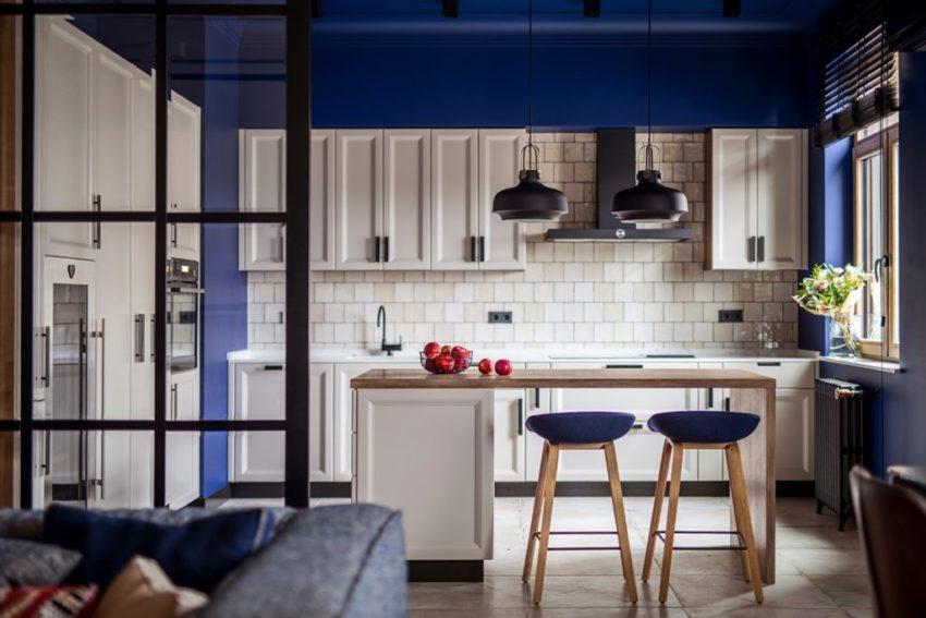 其实蓝色与白色的厨房更符合现代气息,不过到顶的蓝色,还是有一些让人感觉有些厚重。