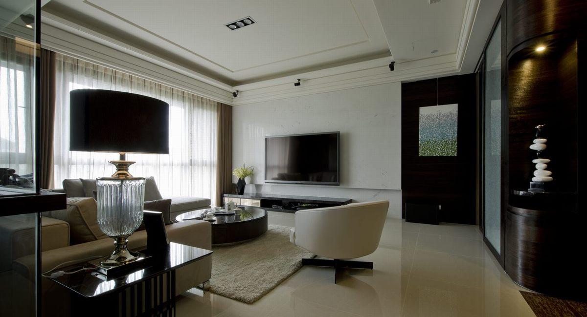 客厅,大面积浅色搭配以黑白为主,清爽简约。