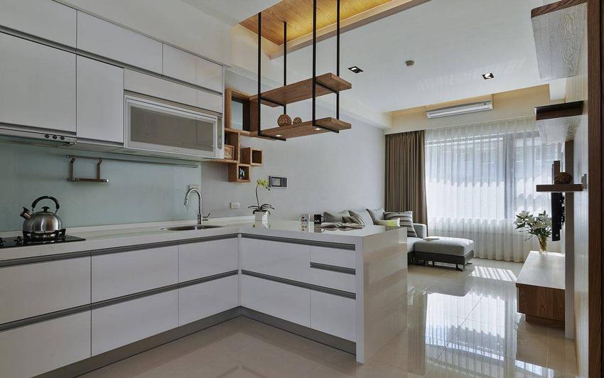 餐厅亘于客厅与厨房间,以轻食吧台的概念结合系统厨具规划。