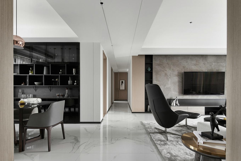 颇有纹理的大理石搭配简洁的墙面设计,简单中透露着质感;吊顶以黑色线条进行装饰,让空间富有延伸感。