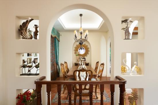 客厅与餐厅以栅栏和拱形门巧妙隔离,不仅让整个家居颜值得到提升,还极大的开阔了整个空间。