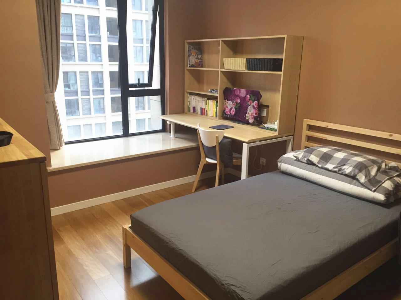 卧室旁规划出一处卧榻空间,一角设有办公台,收纳功能强大,木作柜体等家具也与整体风格相互呼应,勾勒出令