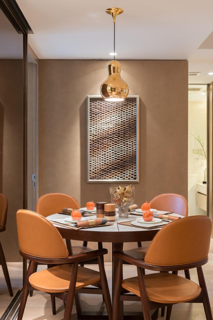 圆形餐桌设计,色彩呼应客厅,卸去疲惫的下班时光,一家人围在一起用餐,享受属于你的慢生活。