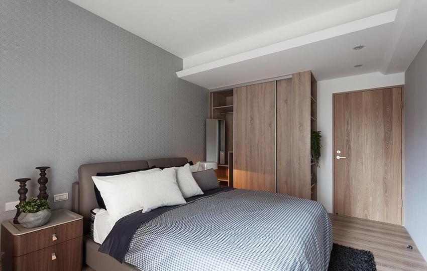 银灰色的英式壁布提升空间的质感和层次,也借由其独特的立体表面,反射室内的光线。