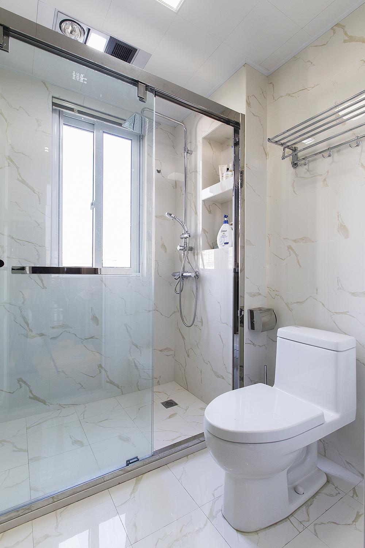 卫生间干湿分离设计让空间更为干净,淋浴区打造了内嵌置物台,洗漱拿取也方便。