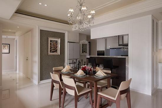 拆除原先独立式厨房与一间客卫,打造成开放式的餐厨区域,提供良好的互动场域。