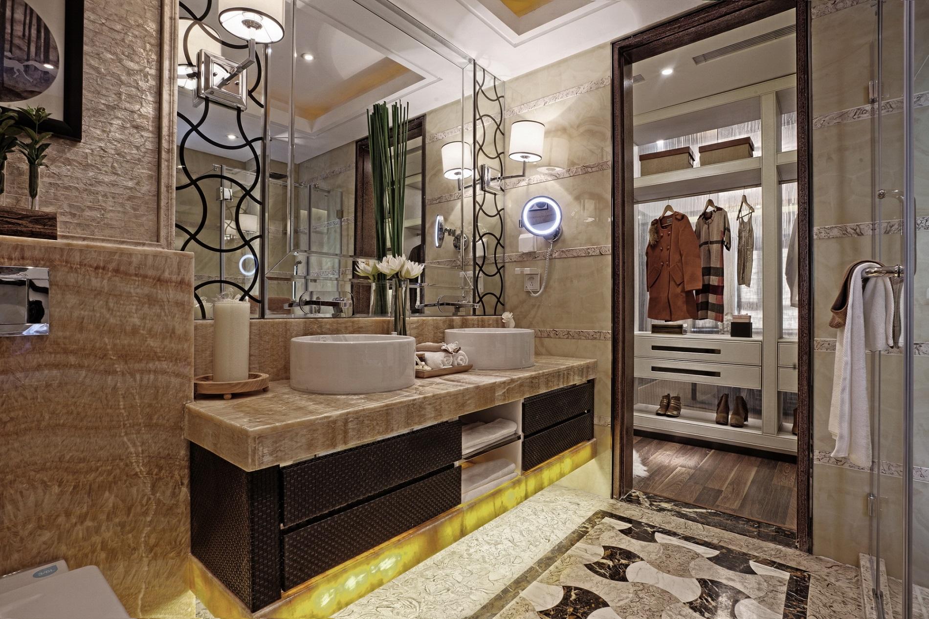 卫生间空间很大,又兼有衣帽间功能,洗漱换衣都非常方便,明黄色与咖色搭配,沉稳又美观。