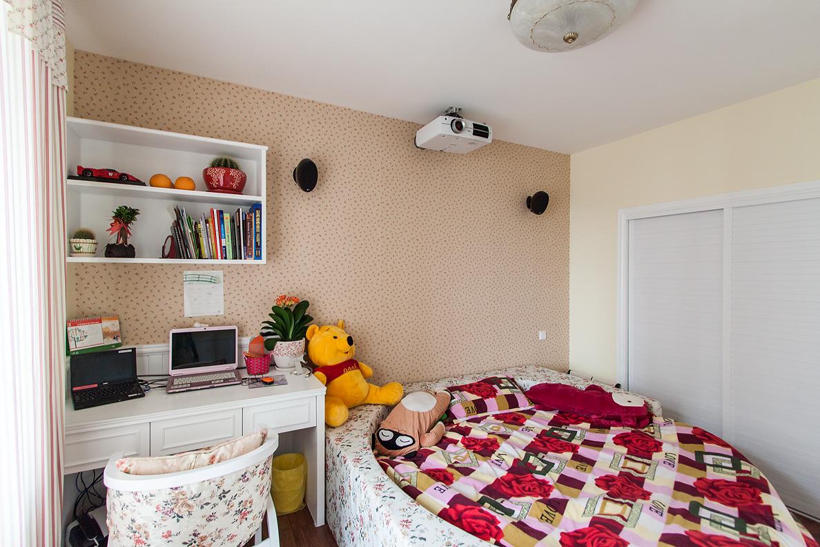 主卧室空间相对宽裕,右侧做了搁物架,是一体式设计